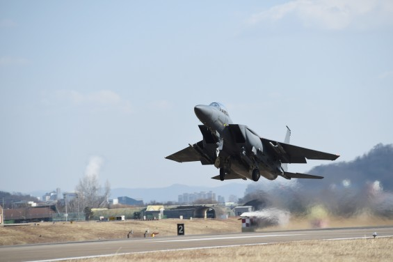경북 칠곡서 F-15K 전투기 추락…조종사 2명 비상탈출