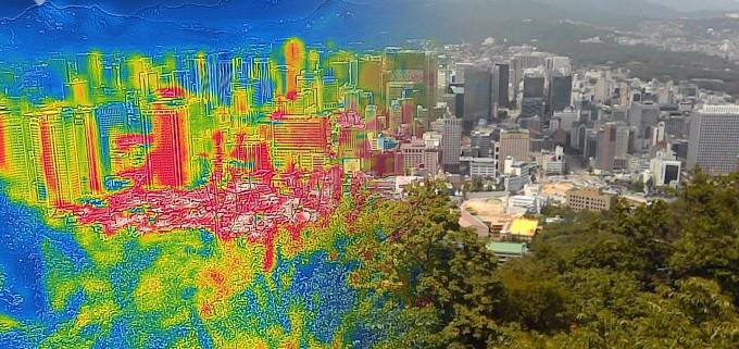 서울 남산에서 바라본 폭염경보가 내려진 도심의 모습.   열화상 이미지에서는 높은 온도는 붉은 색으로, 낮은 온도는 푸른색으로 표시된다.연합뉴스 제공