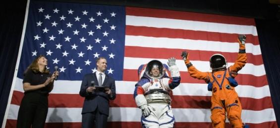 '오렌지색과 청홍백'…NASA, 2024년 달 착륙 우주인이 입을 우주복 공개