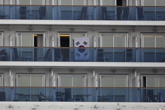 코로나19 감염자가 집단 발생해 일본 요코하마 항에 발이 묶인 크루즈 다이아몬드 프린세스호의 한 객실 발코니에 15일 태극기가 걸려 있다. 연합뉴스 제공