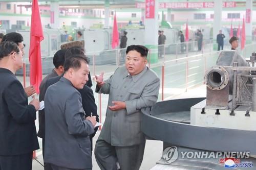 (평양 조선중앙통신=연합뉴스) 김정은 북한 국무위원장이 평남기계종합공장을 현지지도했다고 조선중앙통신이 2019년 6월 2일 보도했다. 연합뉴스 제공
