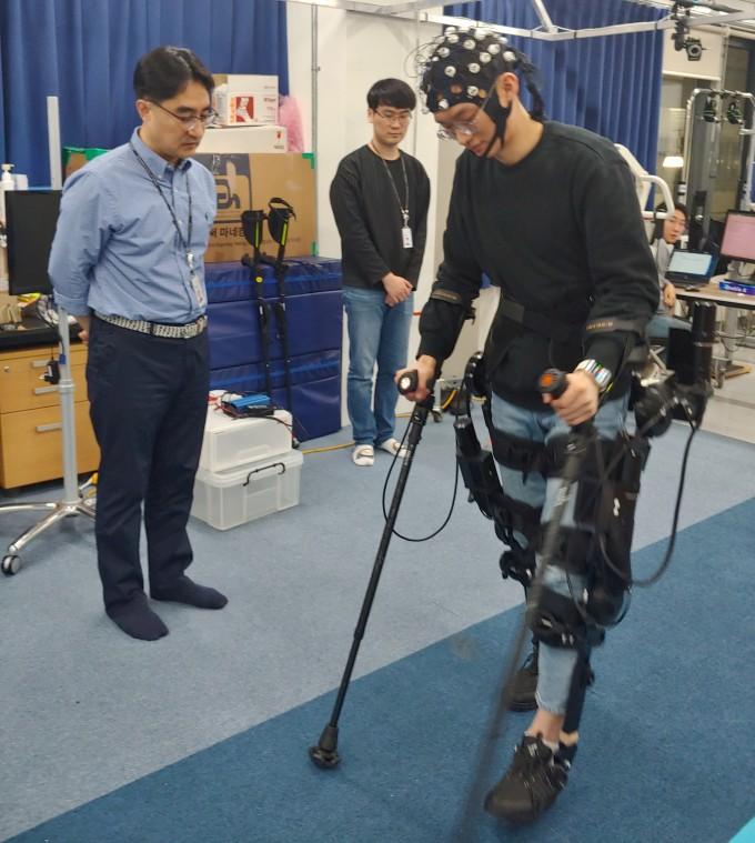 하지마비 환자, 뇌파 인식모자 쓰고 로봇옷 입고 걷는 시대 열린다