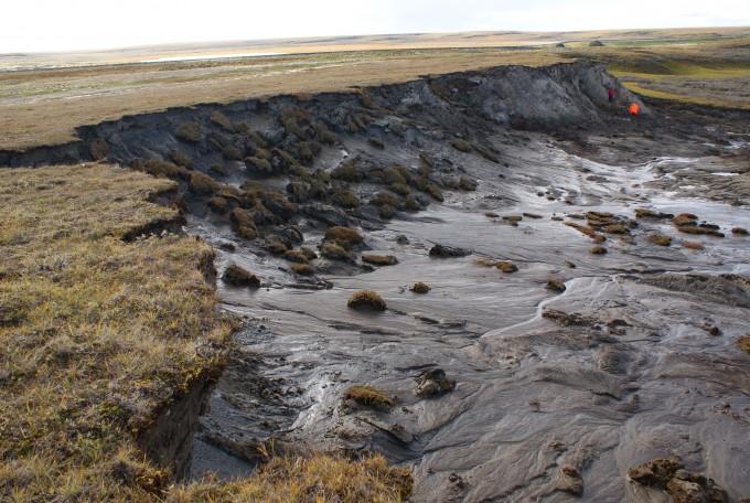 북극권의 영구동토층이 녹는 현상은 기후변화 학자들이 가장 우려하는 사태 중 하나다. 땅 속 얼음에 갇혀 있던 이산화탄소와 메탄이 방출돼 기후변화를 가속화할 수 있어서다. 최근 영구동토층 기온은 올라가고 있고 녹아 늪처럼 변한 지형이 자주 발견되고 있다. 사진은 시베리아 야말 지역에 형성된 영구동토층 해빙 현장이다. 유럽우주국 제공