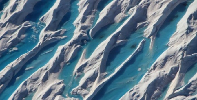 덴마크기상연구소는 지난달 25일부터 27일까지 그린란드에서 녹은 빙하의 양을 분석한 보고서를 내놨다. 그린란드의 빙상(대륙 빙하)에녹아 물이 고인 모습이 위성에 포착됐다. NASA 제공