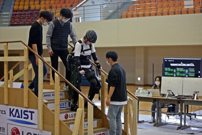 외골격 로봇 입고… AI 탑재 로봇 자전거 타고…