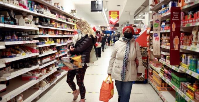 영국 과학자들이 올 겨울 영국에서만 코로나19 사망자가 수천명에 달할 것이란 예측을 내놨다.  영국 시민들이 런던의 한 슈퍼마켓에서 쇼핑 중인 모습. 로이터/연합뉴스 제공