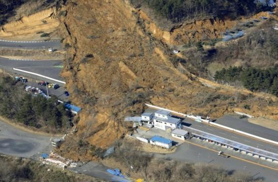 후쿠시마 강진에 원전 오염수 탱크 원위치에서 벗어나