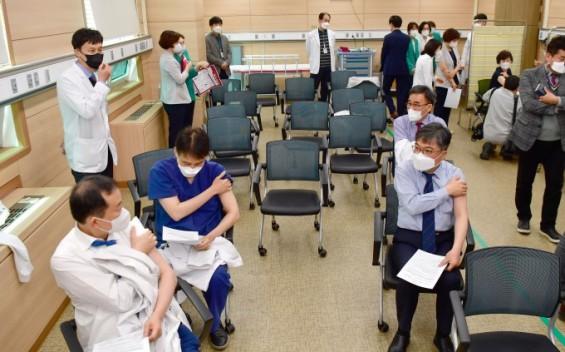 아스트라제네카 백신 고령층까지 접종 대상 확대…1-2차 접종간격 10~12주(종합)