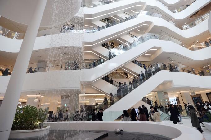 지난주 문을 연 서울의 한 백화점에 인파가 몰렸다. 연합뉴스 제공