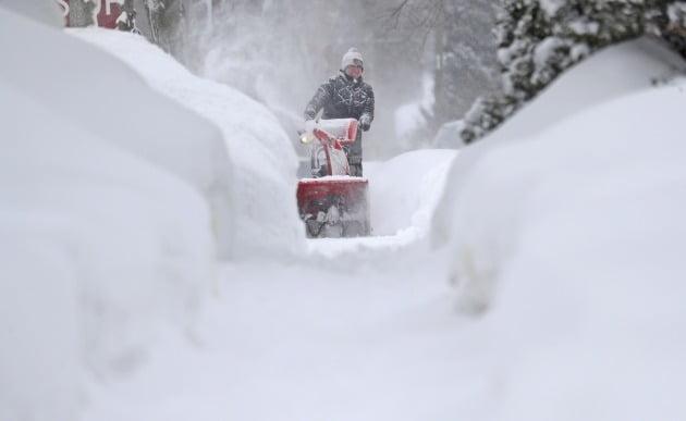 올 2월 미국 국토 최남단에 속하는 텍사스주에 기록적인 한파와 눈 폭풍이 덮쳤다. 텍사스한 시민이 개인용 제설장치로 눈을 치워보지만 역부족이다. AP/연합뉴스 제공