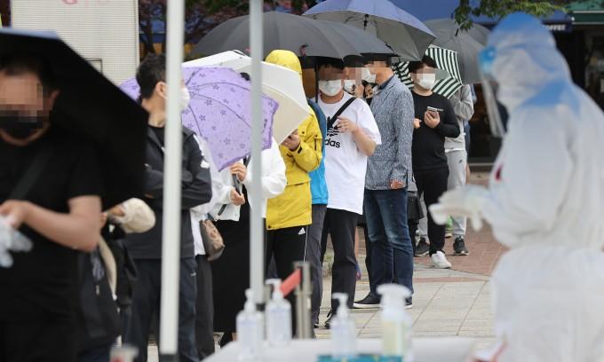 코로나 신규 확진 561명…24일부터 현행 거리두기·5인 금지 3주 연장