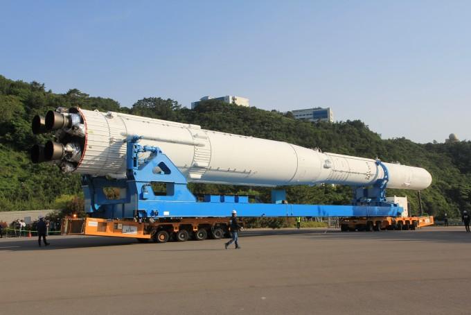한국형발사체 '누리호' 3단 완전체 모습으로 처음 발사대에 섰다