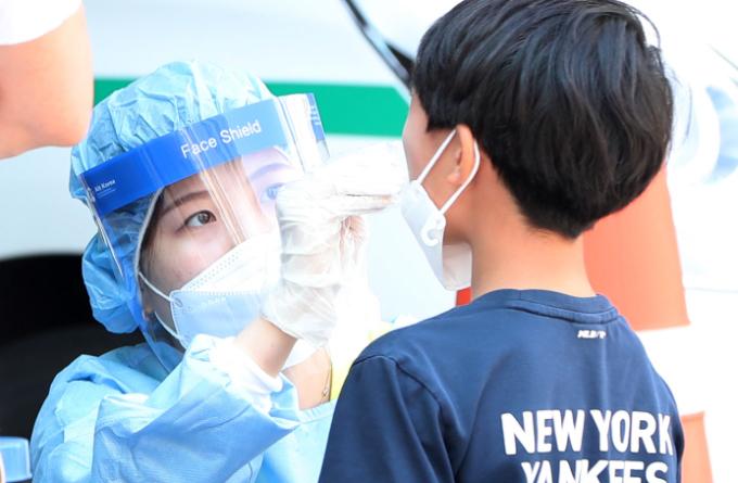강원 춘천시보건소에 마련된 선별진료소에서 어린이가 신종 코로나바이러스 감염증(코로나19) 검사를 받고 있다. 연합뉴스 제공