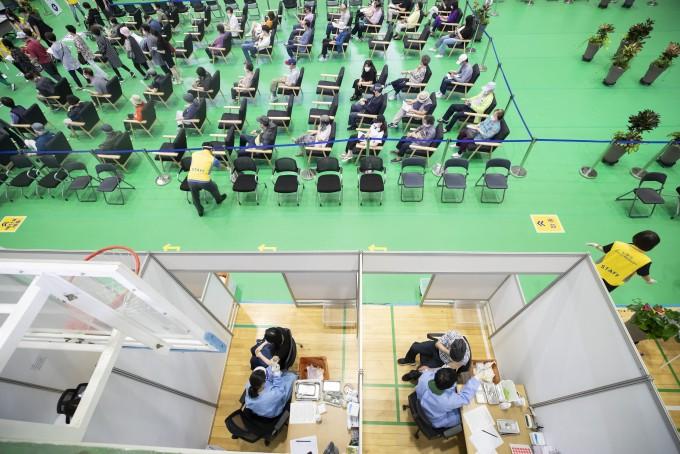 서울 노원구민체육센터에 마련된 백신접종센터에서 백신 접종이 진행되고 있다. 연합뉴스 제공