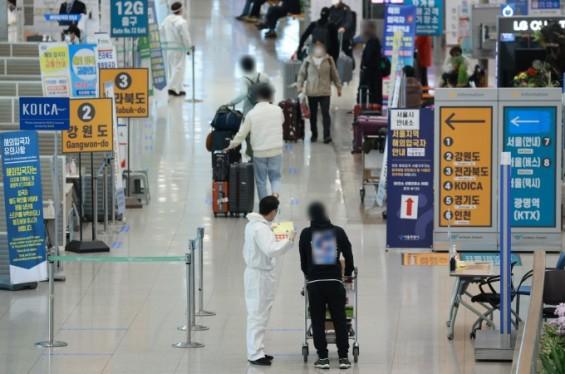 해외 접종자 자가격리면제·대중교통 아이 동반 이용 '잠시 방역구멍'