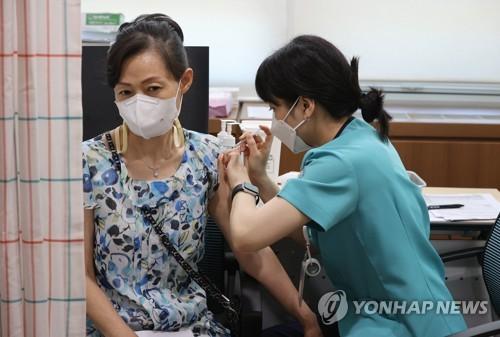 50대 백신 접종 시작…일상회복 가속 기대 vs 종류 몰라 불안