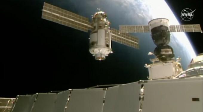 러시아의 다목적 실험실 모듈 ′나우카′가 국제우주정거장(ISS)에 도킹하는 모습이다. 미국항공우주국(NASA) 제공