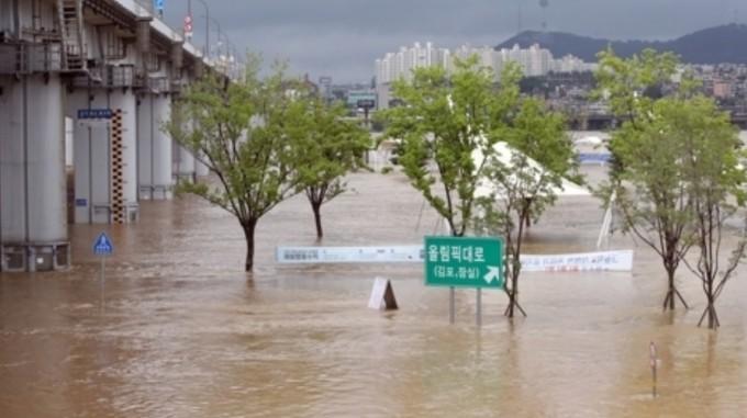 작년 8월 3일 오전 한강 수위 상승으로 침수돼 출입이 통제된 서초구 반포한강공원. 연합뉴스 제공