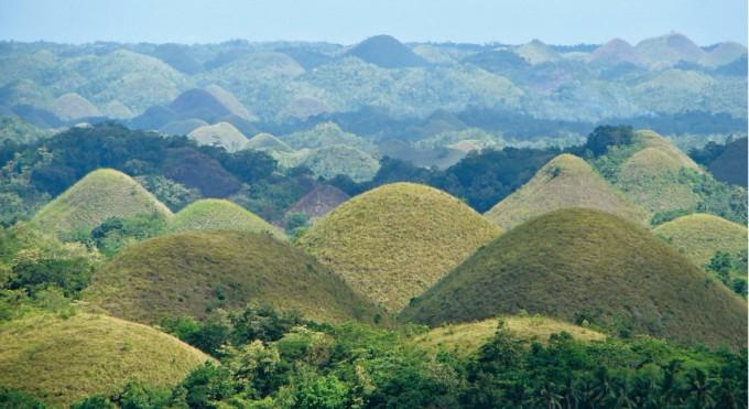 필리핀 초콜릿 언덕의 모습. 언뜻 보면 경주의 대릉원 같아 보이지만, 석회암 봉우리들이 빗물에 녹아 더 낮아진 것이다. 위키피디아 제공
