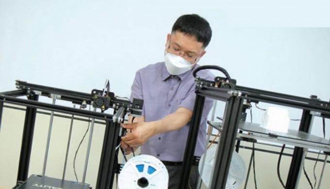 수학 교구 제작 아이디어를 직접 3D 프린터로 제작하고 있는 손대원 교사.  수학동아DB