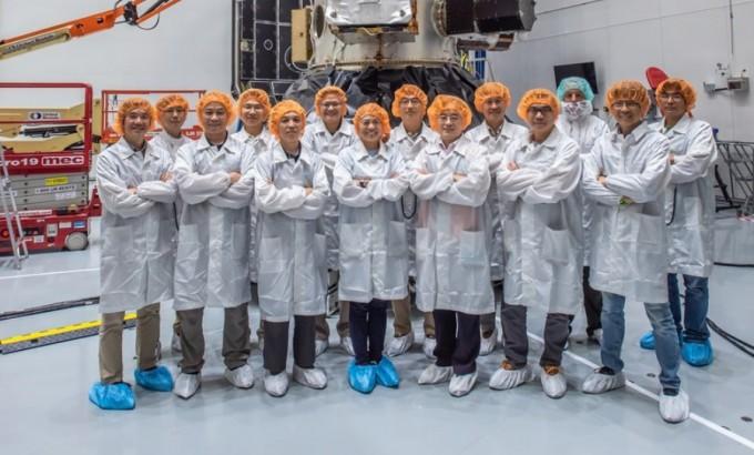 FormoSat-7 위성 앞에서 포즈를 취하고 있는 엔지니어들. 국가우주기구 제공