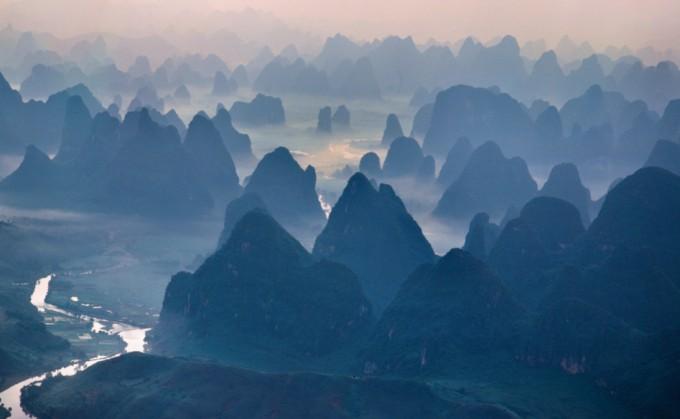 수많은 산봉우리로 이루어진 중국 광서성 계림의 카르스트 지형. 석회암 암반이 녹으면서 특이한 모습의 봉우리가 남았다. 위키피디아 제공