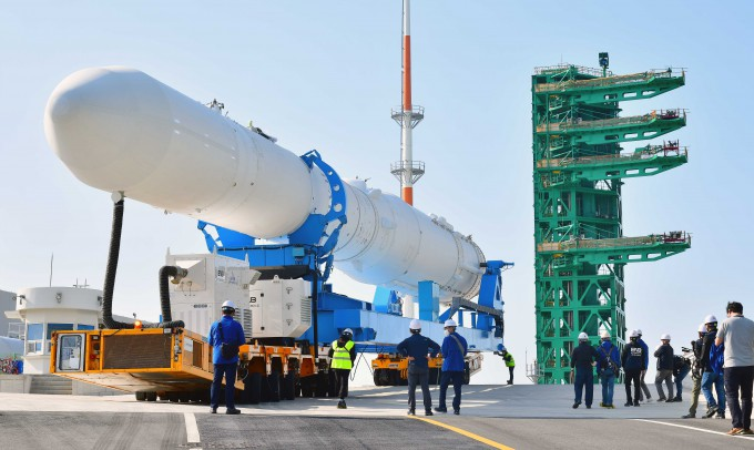 지난 6월 전남 고흥 나로우주센터에서 누리호 인증모델(QM)이 센터 내 제2발사대로 이송 중이다. 한국항공우주연구원 제공
