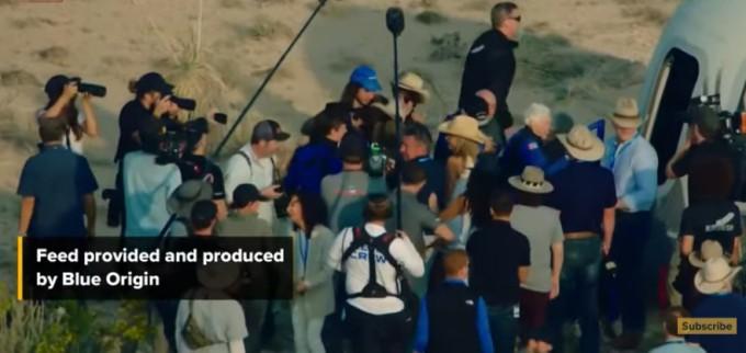 지구로 터치다운에 성공한 탑승자들과 블루오리진 관계자들이 환호하고 있다. 영상 캡처.