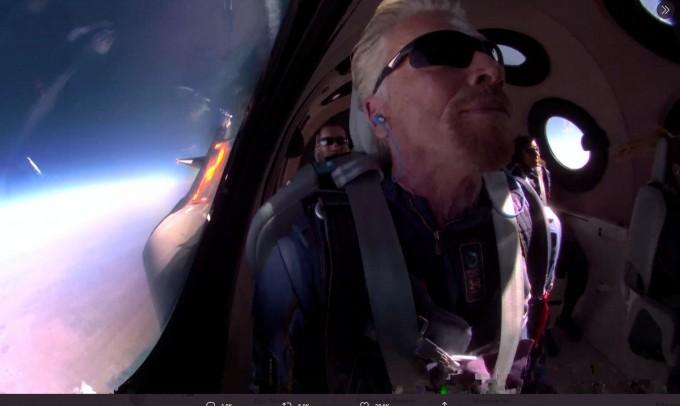 영국 억만장자 브랜슨 버진그룹 회장, 우주선 타고 직접 시험 우주비행 성공