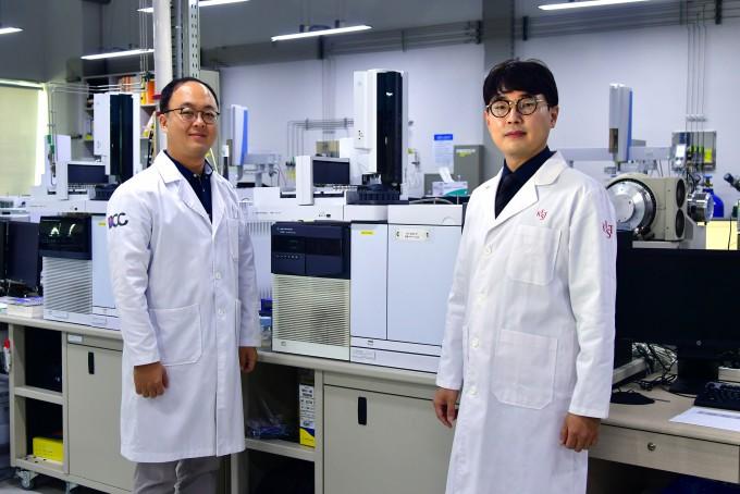 손정현(오른쪽) 한국과학기술연구원(KIST) 도핑콘트롤센터 센터장과 성창민 선임연구원. KIST 제공