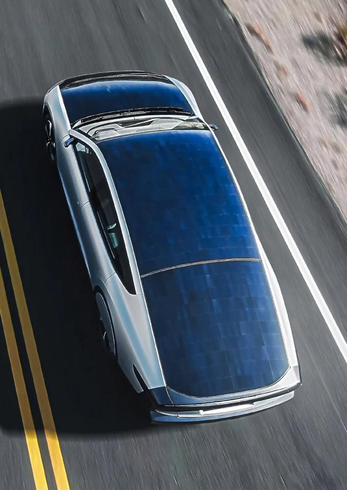 네덜란드 스타트업  라이트이어가 개발한 장거리 태양광 전기차 ʻ라이트이어 원' 의 모습. 보닛과 지붕에 5m²의 태양전지가 덮여 있다. 라이트이어 제공