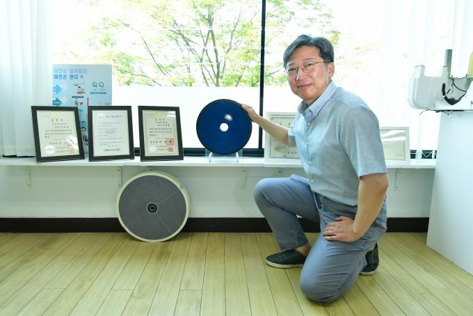 이대영 한국과학기술연구원(KIST) 청정신기술연구본부 책임연구원이 새로 개발한 제습 소재를 들어보이고 있다. KIST 제공