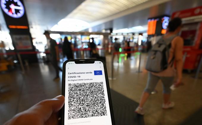22일(현지시간) 이탈리아 로마에서 한 관광객이 스마트폰으로 신종 코로나바이러스 감염증(코로나19) 백신 여권인 그린 패스(Green Pass)의 QR코드를 보여주고 있다. 연합뉴스 제공