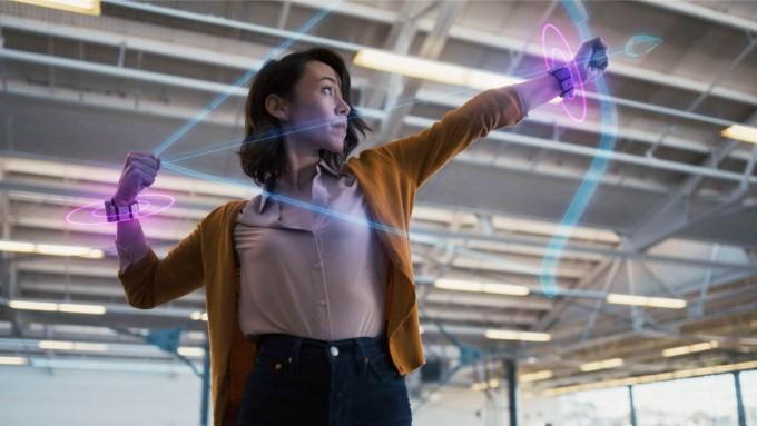 페이스북은 생각을 문자로 변환하는 뇌-컴퓨터 인터페이스(BCI) 기술을 토대로 근육에서 발생하는 미세한 전기인 근전도 신호를 읽어내는 손목 밴드를 개발해 증강현실(AR)에 적용하는 연구를 진행하고 있다. 페이스북 유튜버 캡처