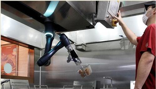 닭 튀기는 로봇…교촌치킨, 가맹점에 첫 도입