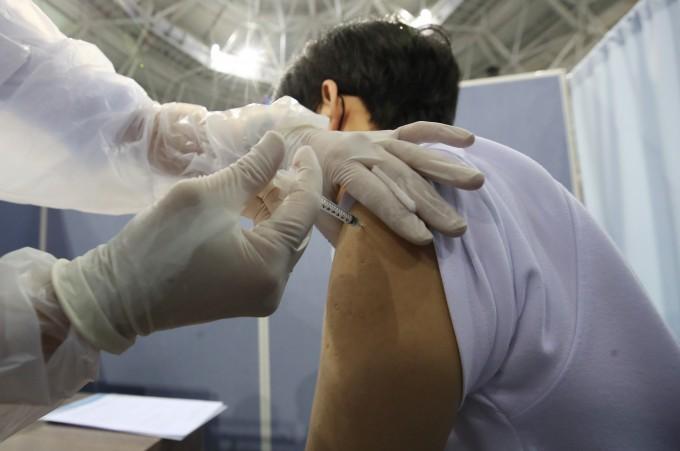 19일 오전 대구 수성구 육상진흥센터에 설치된 신종 코로나바이러스 감염증(코로나19) 예방접종센터에서 고등학교 3학년 수험생이 백신을 접종하고 있다. 코로나19 예방접종대응추진단은 이날부터 고등학교 3학년과 교직원 등을 위한 화이자 백신 1차 접종을 전국 290여개 예방접종센터에서 시행한다고 밝혔다. 2021.7.19 연합뉴스 제공