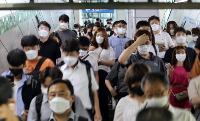 수도권 '사회적 거리두기 4단계'가 시작된 첫날인 7월12일 오전 서울 신도림역에서 시민들이 이동하고 있다. 연합뉴스 제공