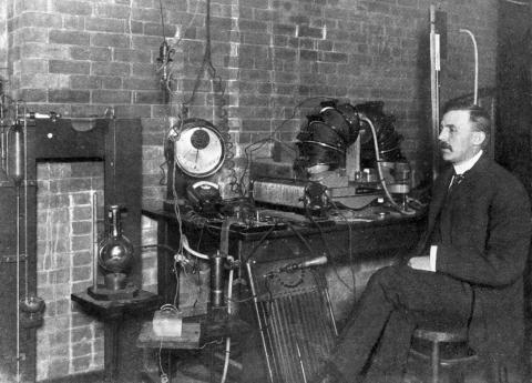 원소의 분열과 방사능 물질의 화학에 관한 연구 업적을 인정받아 1908년 노벨 화학상을 수상한 어니스트 러더퍼드. 위키미디어 제공
