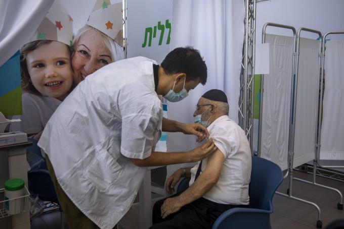이스라엘 텔아비브에서 10일(현지시간) 한 남성이 코로나19 화이자 백신 부스터 샷을 받고 있다. 이스라엘은 높은 백신 접종률에도 불구하고 코로나19가 빠르게 번지면서 전날 하루 확진자 수가 6275명으로 집계돼 지난 2월 8일 이후 6개월여 만에 최다를 기록했다. 연합뉴스 제공