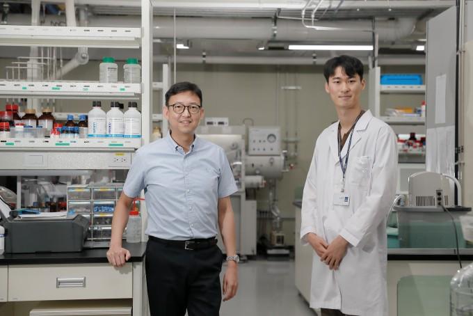 조재흥 UNIST 화학과 교수(왼쪽)와 김경민 DGIST 파견연구원. UNIST 제공