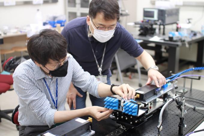 한국표준과학연구원에서 김당오 LG-KAIST 6G 연구센터 선임연구원(왼쪽)이 권재용 한국표준과학연구원 책임연구원과 빔 포밍 시스템을 테스트하고 있다. KAIST 제공.