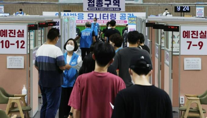 18세에서 49세 사이 연령층 대상 코로나19 백신 접종이 시작된 지난 8월 26일 오전 서울 동작구 사당종합체육관에 마련된 코로나19 예방접종센터에서 시민들이 접종을 받기 위해 줄을 서 있다. 연합뉴스 제공