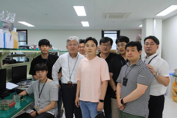 단암시스템즈 연구원들과 이성엽 대표이사(왼쪽에서 세번째), 박훈 본부장(오른쪽 끝). 고재원 기자 jawon1212@donga.com