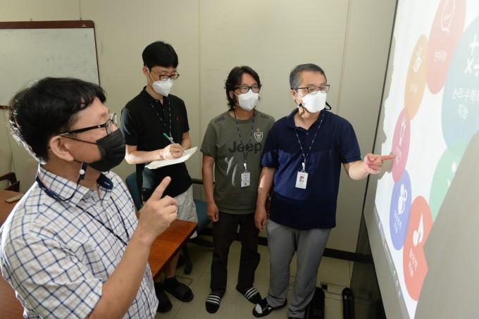 ETRI 연구진이 엑소브레인 OpenAPI 기술의 활용 분야를 설명하고 있다. 왼쪽부터 임준호 책임연구원, 김민호 책임연구원, 배용진 선임연구원, 이형직 책임연구원. ETRI 제공