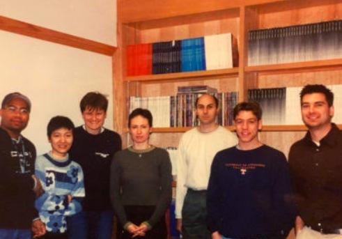 카리코는단한번도미국정부의연구비를타지못한,학계에서실패한과학자였지만,그의기술은세상을구했다.왼쪽에서세번째가카리코박사,오른쪽에서두번째가스케일스