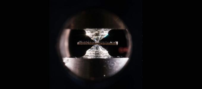 두 다이아몬드의 뾰족한 끝 사이 공간에 황화수소(H₂S)와 수소(H₂), 메탄(CH₄)를 넣고 두 다이아몬드를 눌러 260만 기압이 되면 탄소질황수소화물(CSH)이 만들어진다. 이 물질은 임계온도가 15℃에 이르는 상온 초전도체이지만 정확한 구조는 밝혀지지 않았다. J. Adam Fenster/로체스터대 제공