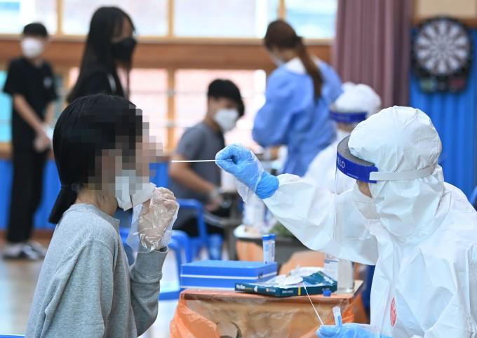 광주 북구의 한 중학교에서 총 13명의 코로나19 확진자가 발생, 이 학교 1~2학년 학생들이 전수검사를 받고 있다. 연합뉴스 제공