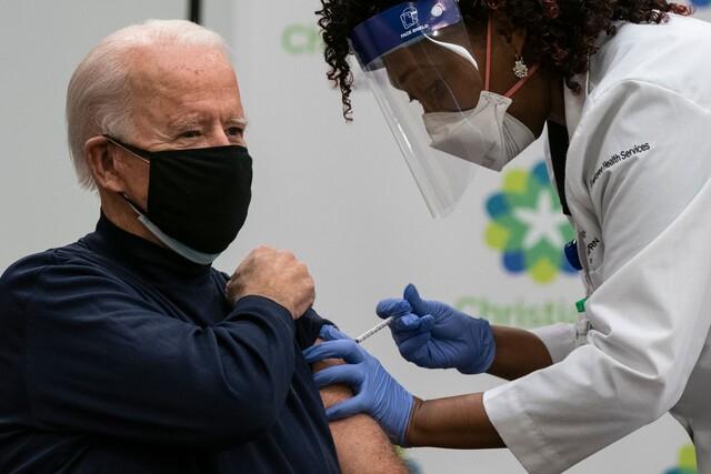 조 바이든 미국 대통령이 지난해 12월 21일(현지시각) 델라웨어주 뉴어크에 있는 크리스티아나케어 병원에서 화이자-바이오엔테크의 코로나19 백신 주사를 맞고 있다. AFP/연합뉴스 제공