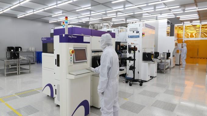 나노종합기술원 연구원이 기술원 2층 12인치테스트베드에서 측정및증착 장비를 운영하고 있다. 나노종합기술원 제공
