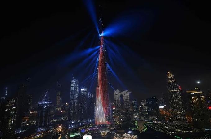 두바이의 초고층 빌딩 부르즈 칼리파에서 '아말'의 화성 궤도 진입을 축하하는 조명쇼가 펼쳐지고 있다. AFP/연합뉴스 제공